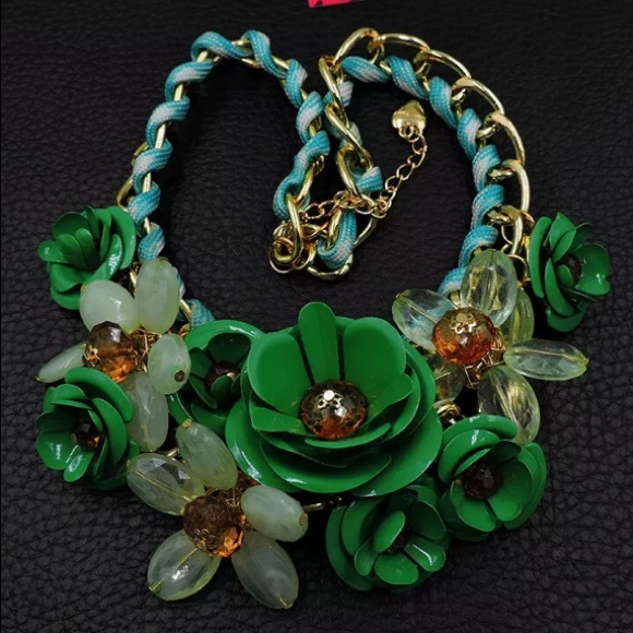 Betsey Johnson Jewelry - NWT💚Betsey Johnson Flower Crystal Choker Necklace